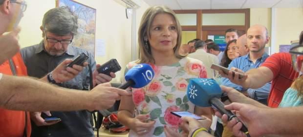 Ana Cobo atiende a los periodistas.