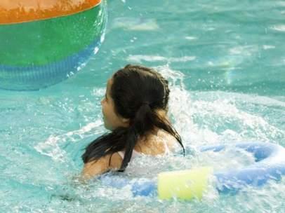 Niña en la piscina