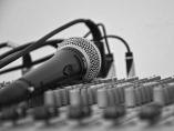 Una mesa de sonido lista para un concierto