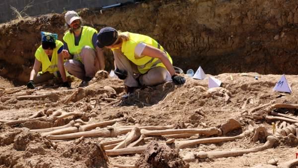 Arqueólogos trabajando en la fosa de Figuerola d'Orcau