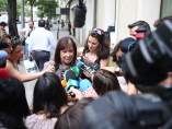 Cristina Narbona atiende a los medios a las puertas de la sede del PSOE