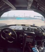 Interior del coche autónomo de carreras DevBot