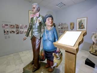 Dos ninots en el Museo de Fogueres