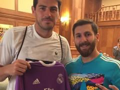 """Casillas posa junto al doble de Messi: """"Se da un aire a Sergio Ramos"""""""