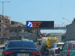 El curioso cartel 'Drogas por la derecha' en la operación salida de Sant Joan