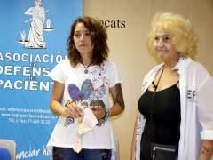 La madre afectada, Mònica Ramos, con la presidenta de la asociación El Defensor del Pacient, Carmen Flores