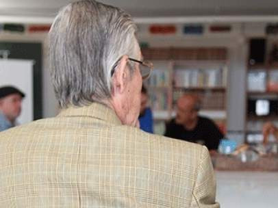 Un ancià en un centre de dia de l'ONG
