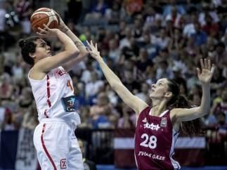 Laura Nicholls ante Letonia