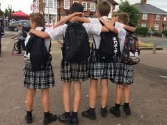 A clase en falda en protesta por la prohibición de vestir shorts