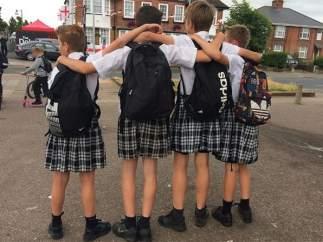 Los chicos de un colegio acuden a clase en falda como protesta por la prohibición de vestir shorts
