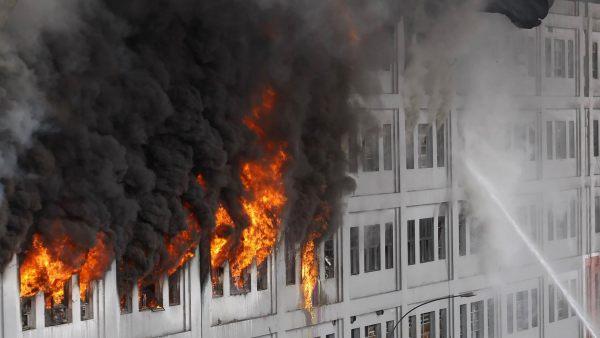 Impresionante incendio en un centro comercial de Lima