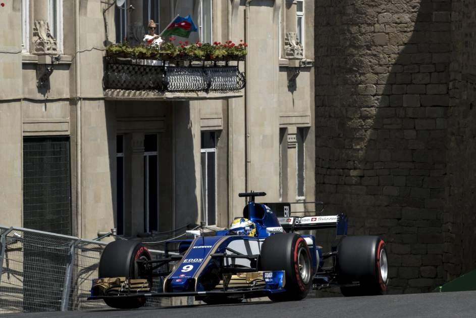 Disfrutando de la F1 desde el balcón. El piloto finlandés Marcus Ericsson, de la escudería Sauber, durante la primera sesión de entrenamiento del Gran Premio de Azerbaiyán en el circuito de Bakú.