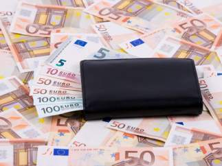 Se deja olvidados 10.000 euros en el techo del coche y al arrancar salen volando