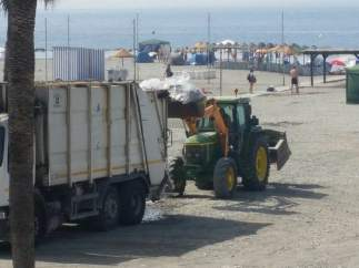 Retirada de residuos en playa de Almuñécar (Granada)