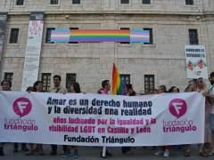 Valladolid. Despliegue de la bandera del arcoíris en San Benito