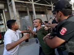 La policía turca impide con gases la marcha del Orgullo en Estambul
