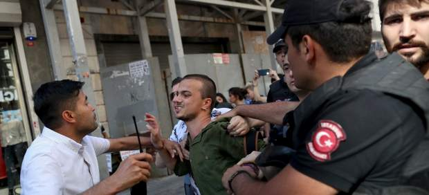 La policía turca impide con gases lacrimógenos la marcha del Orgullo en Estambul