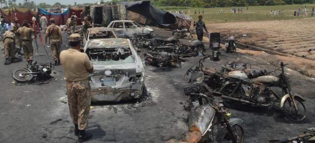 Al menos 140 muertos por la explosión de un camión cisterna accidentado en Pakistán