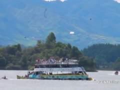 Un barco con cerca de 150 turistas naufraga en Colombia