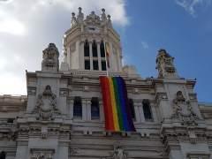 La bandera arcoíris de 100.000 lazos ya ondea en Cibeles