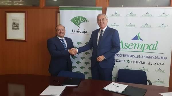 Firma del convenio entre Unicaja y Asempal