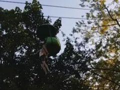 Una adolescente cae al vacío desde una atracción y un hombre la coge al vuelo