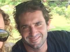 La familia de Cristian, el surfero español con leucemia retenido en Bali, lucha por su vuelta a casa