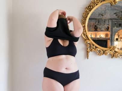 Mujer posando con su 'Little Black Dress'