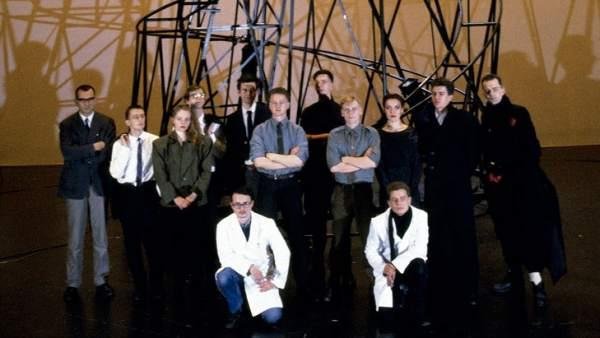Retrato de grupo de los miembros de NSK
