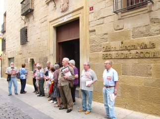 Jubilados de CCOO frente a Oficinas S.Social