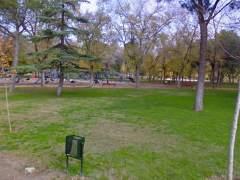 Detienen a tres jóvenes por hacer un trío junto a un parque infantil