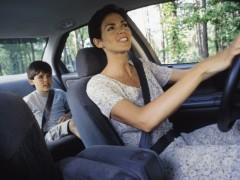 ¿Cuándo puede un niño sentarse en el asiento delantero de un vehículo?