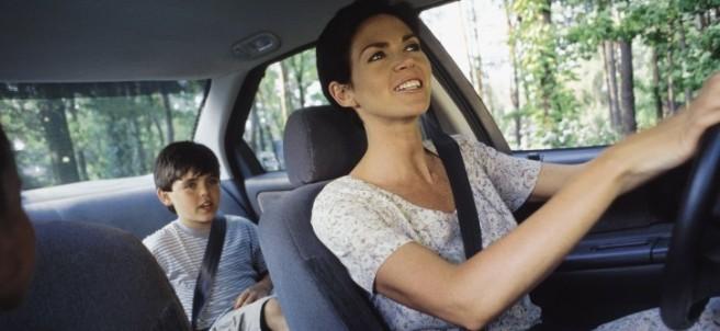 Niño y madre en coche
