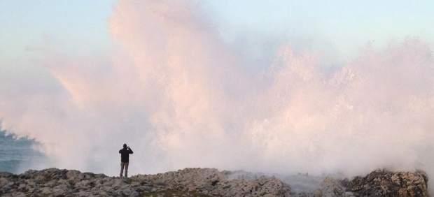 Viento, oleaje y tormentas al norte o calor en el Mediterráneo ponen en alerta a treinta provincias