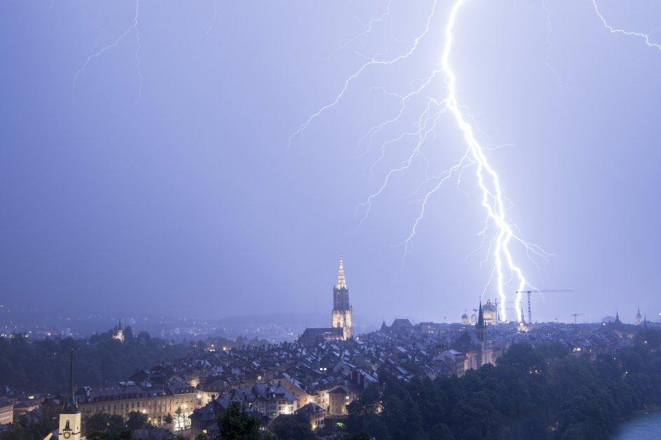 Un rayo ilumina Berna. Un rayo cae durante una tormenta eléctrica, en la ciudad de Berna (Suiza).