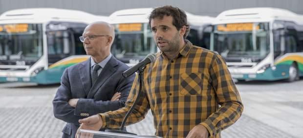 Aritz Ayesa y Miquel Martí presentan nuevos autobuses de la Mancomunidad.