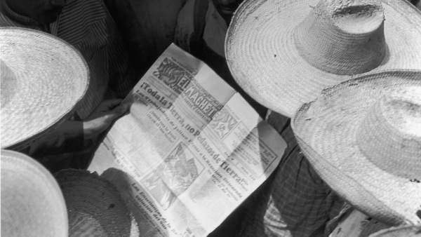 Campesinos mexicanos leyendo El Machete, 1928