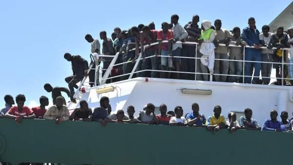 Migrantes alcanzan las costas italianas