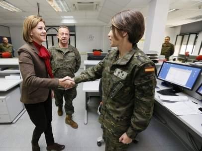 La ministra de Defensa, María Dolores de Cospedal, saludando a una militar