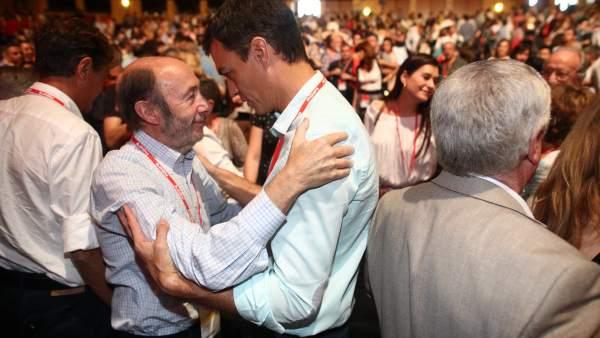Pedro Sánchez, líder del PSOE, y Alfredo Pérez Rubalcaba, ex secretario general, en una imagen de archivo.