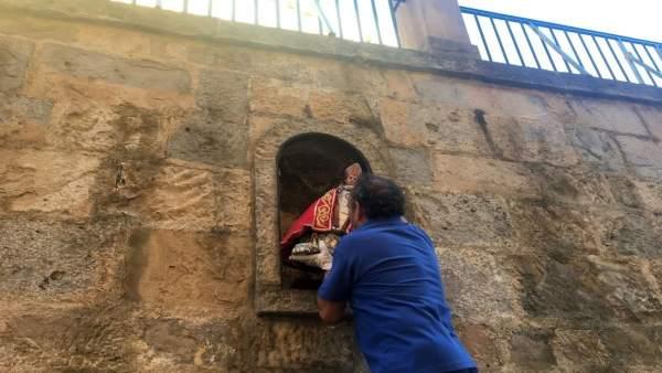 Retirada de la réplica de la imagen de San Fermín de la hornacina