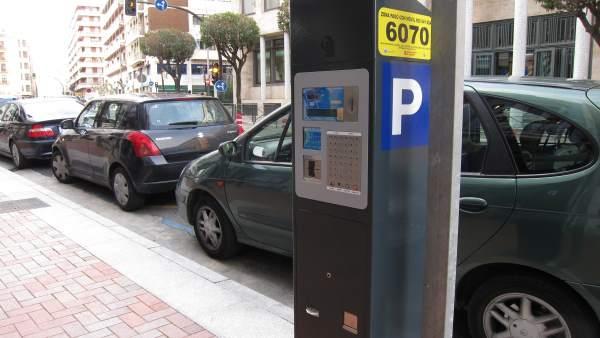 Imagen de coches aparcados en zona azul en una calle de Logroño