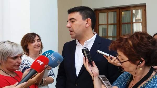 Mario Jiménez atiende a los medios en los pasillos del Parlamento andaluz