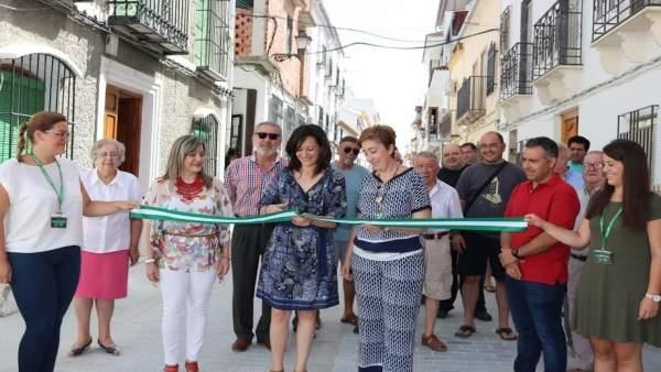 Crespín y Carmona (centro) visitan las mejoras de la Calle Horno
