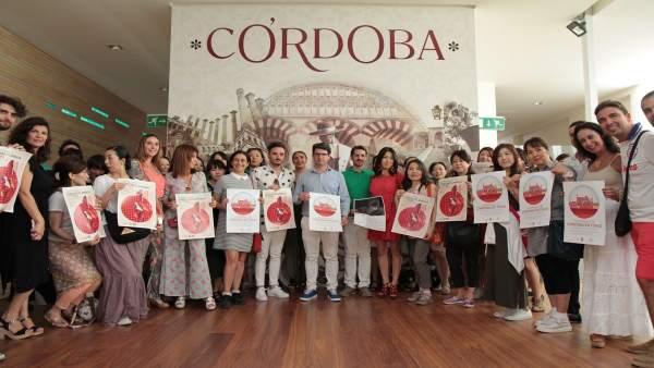 García (centro) y las alumnas japonesas de la compañía de Benito García