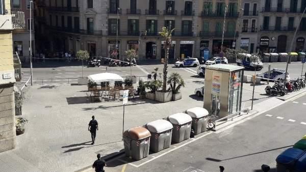 La calle Pelai de Barcelona, acordonada por la presencia de una maleta sospechosa.