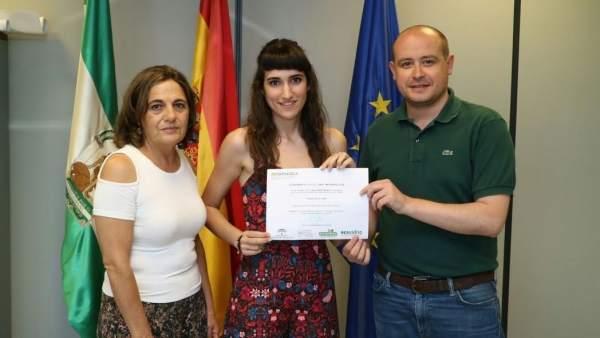Martínez entrega el premio a Valeria Rubí