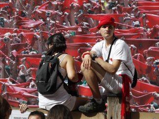 Turistas sobre una barrera