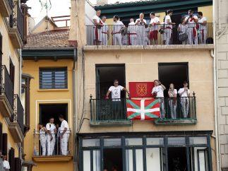 Balcones engalanados por San Fermín