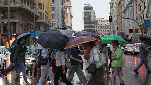La Gran Vía se llena de paraguas